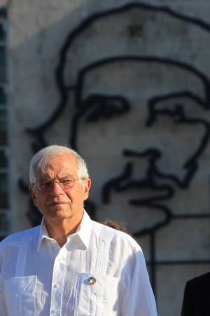 """Spanish Foreign Minister Josep Borrell stands near an image of late revolutionary hero Ernesto """"Che"""" Guevara as he attends a wreath-laying ceremony at the Jose Marti monument in Havana"""