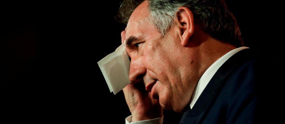Sans masque à l'aéroport, François Bayrou fait polémique