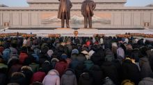 Los norcoreanos rinden homenaje a Kim Jong Il con un frío glacial