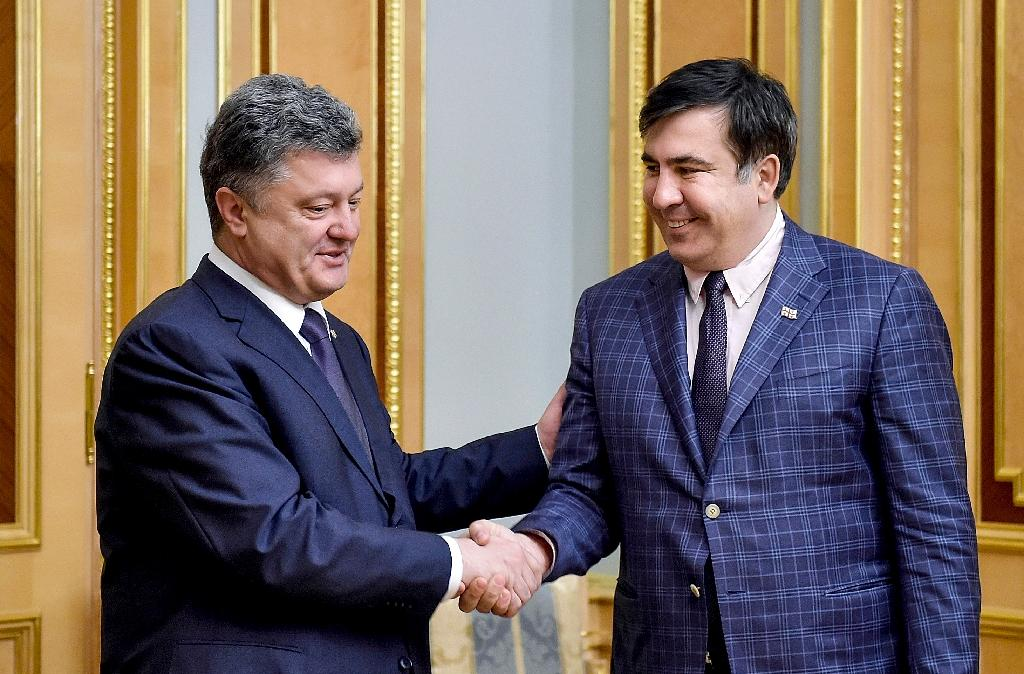 A picture released by the Ukrainian presidential press service on June 1, 2015 shows President Petro Poroshenko (L) shaking hands with newly appointed Odessa governor and former Georgian president Mikheil Saakashvili during a meeting in Kiev (AFP Photo/Mykola Lazarenko)
