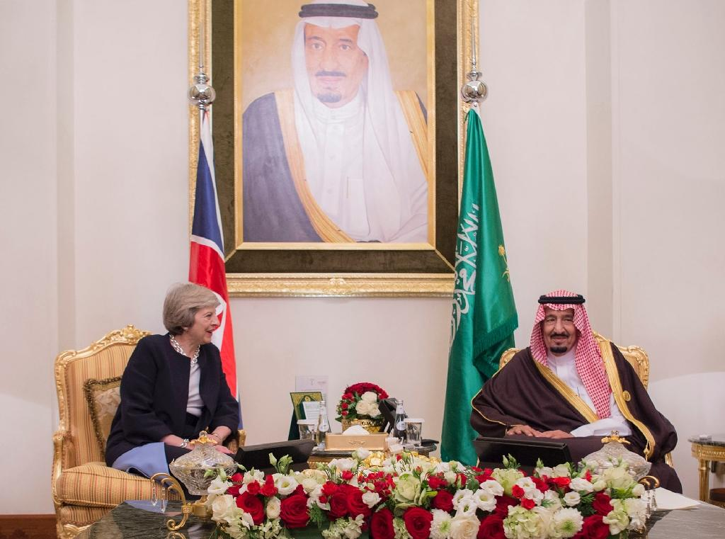 Saudi King Salman meets Theresa May during the Gulf Cooperation Council summit in Manama on December 6, 2016 (AFP Photo/Bandar Al-Jaloud)