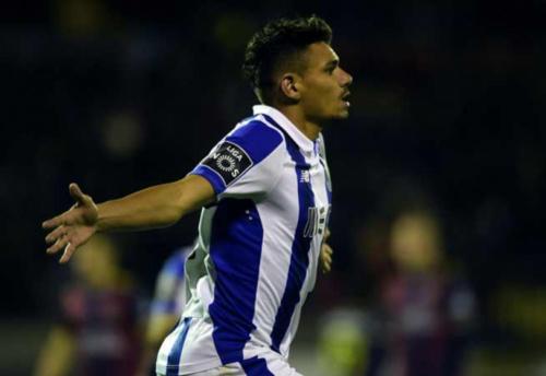 Porto bate o Chaves e mantém chance de título em Portugal