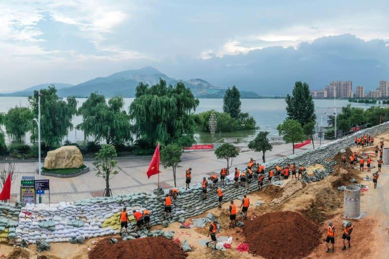Chinese soldiers erect a sandbag barrier along the shore of Poyang lake after heavy seasonal rains in Jiujiang, in China's central Jiangxi province (AFP Photo/STR)