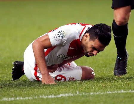 Radamel Falcao del Mónaco yace en el césped luego de recibir una falta en el partido de su equipo contra el Bordeaux por la Ligue 1 de Francia