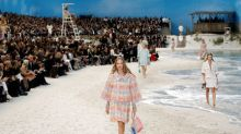 Chanel leva público a praia em desfile na Fashion Week de Paris