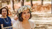 No. Esta imagen no es la de una novia dándole el pecho a su hija en mitad de la ceremonia de su propia boda.