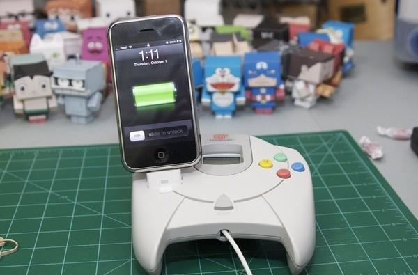 Dreamcast-mounted iPhone dock sends VMU into jealous rage