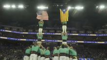 Unos castellers despliegan una bandera independentista de Cataluña en un partido de la NBA
