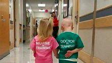 La 'tierna' foto viral de dos niños en un hospital es machista