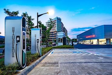 保時捷高速充電站 11 月於台中麗寶、花蓮新天堂樂園啟用,為 Taycan 電動跑車打造無憂充電網路