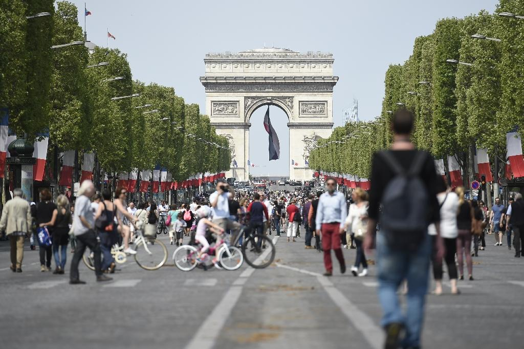 Strolling And Selfies As Paris 39 S Champs Elysees Goes Car Free