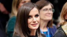 El maquillaje 'dark' de la reina Letizia para completar un look 'total black'