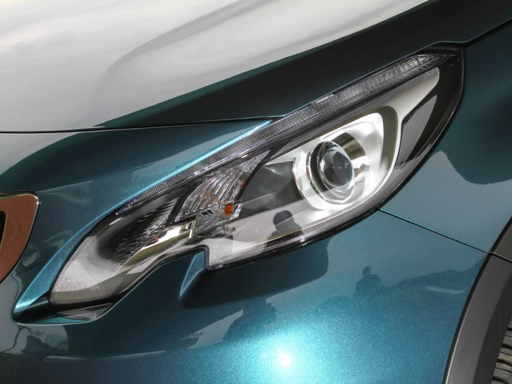 頭燈改為燻黑樣式,並整合了LED日間行車照明系統。