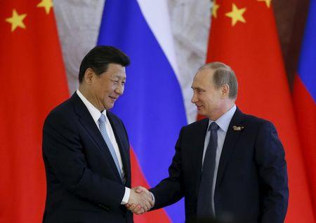 Russia's President Vladimir Putin (R) shakes hands with China's President Xi Jinping after a documents signing ceremony during their meeting at the Kremlin in Moscow, Russia May 8, 2015. REUTERS/Sergei Karpukhin