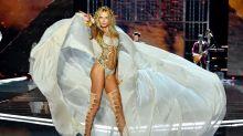Bella Hadid recupera la sonrisa en el desfile de Victoria's Secret