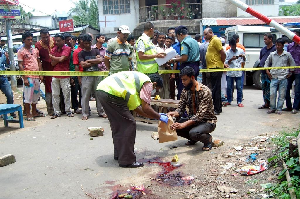 Bangladeshi forensics officials investigate the site where blogger Ananta Bijoy Das was hacked to death in Sylhet, on May 12, 2015 (AFP Photo/)