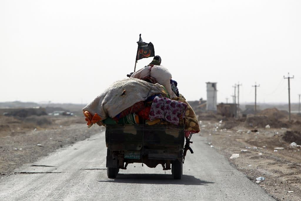 Iraqis fleeing violence drive on May 26, 2015 in al-Nibaie area, north-west of Baghdad (AFP Photo/Ahmad al-Rubaye)