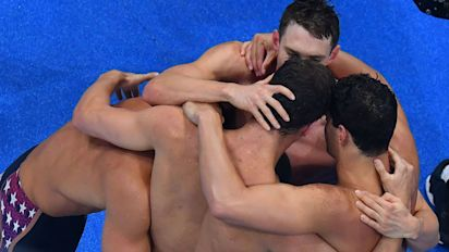 U.S. men break world record in 4x100 thriller