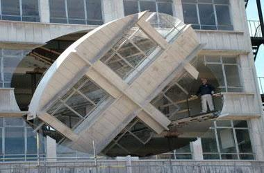 UK sculptor designs rotating wall for Liverpool
