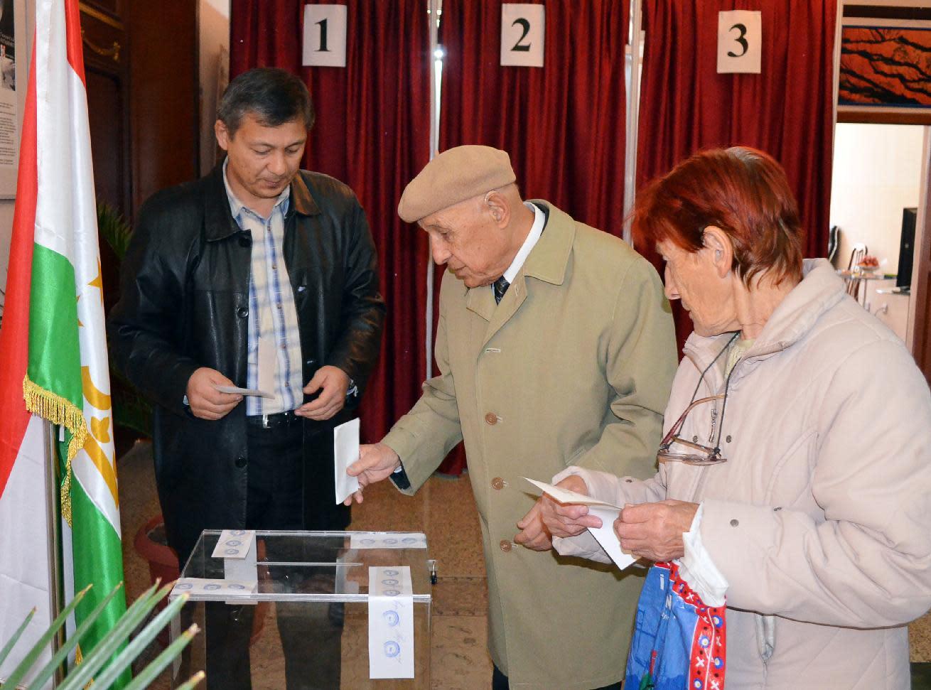 Tajik people vote at a polling station in Dushanbe, on November 6, 2013 (AFP Photo/)