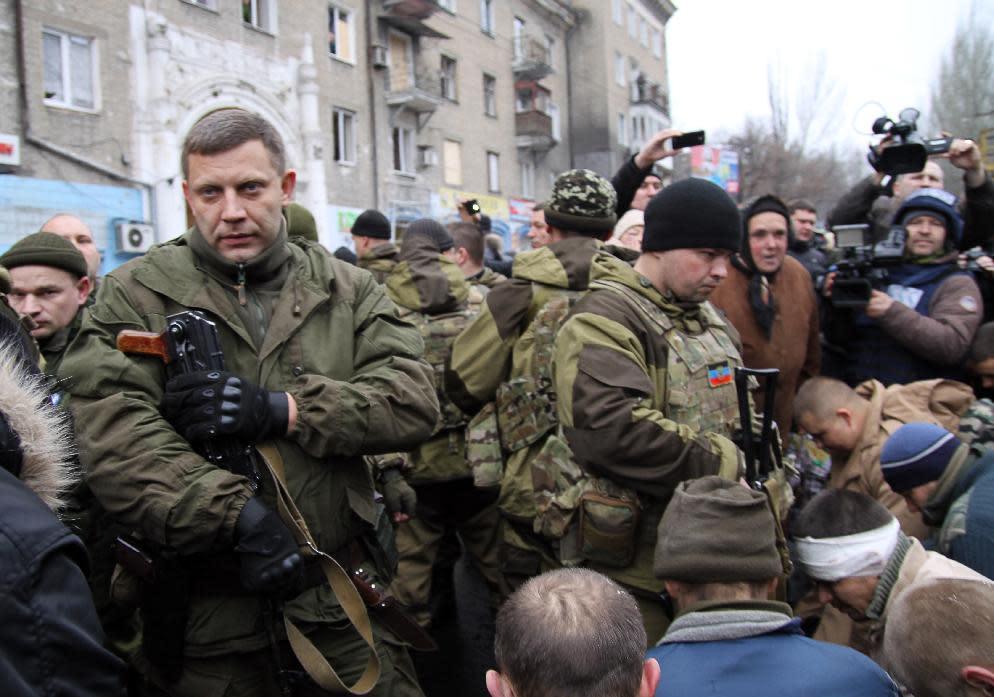 Ukrainian rebel leader Alexander Zakharchenko (left) stands next to kneeling captive soldiers in Donetsk, on January 22, 2015 (AFP Photo/Aleksander Gayuk)