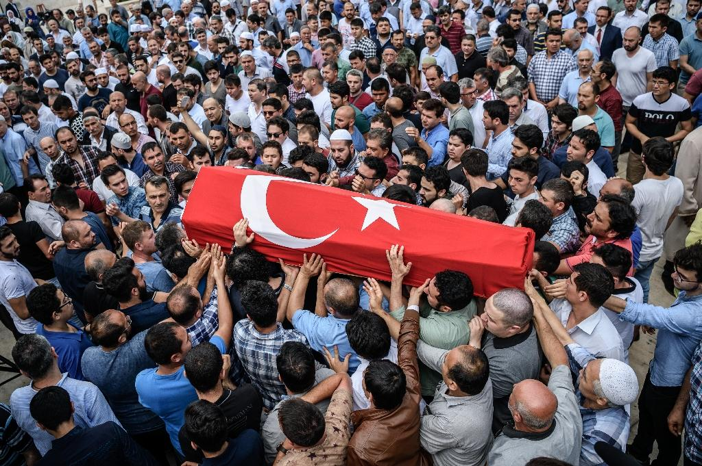 People carry the coffin of Hamidullah Safar covered in a Turkish national flag on June 30, 2016 in Istanbul, two days after a suicide bombing and gun attack targeted Istanbul airport (AFP Photo/Ozan Kose)