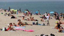 """Seins nus à la plage: Darmanin défend """"une liberté"""", la gendarmerie reconnait """"une maladresse"""""""
