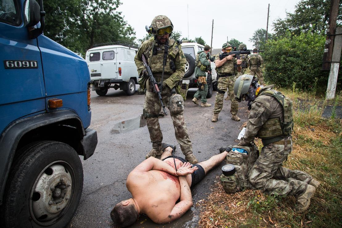 Armed Ukrainian forces detain a pro-Russian militant in the village of Chornukhine in the Lugansk region on August 18, 2014 (AFP Photo/Oleksandr Ratushniak)