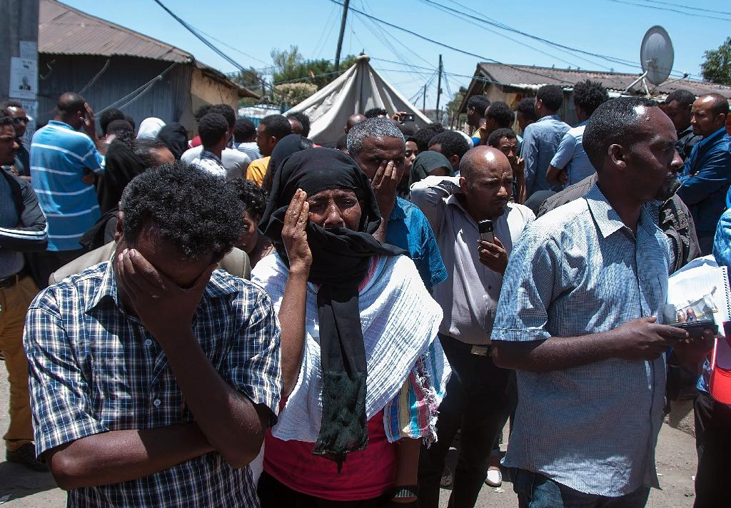 Ethiopians mourn relatives and friends killed by the Islamic State group in Libya, as they gather in streets of Addis Ababa on April 21, 2015 (AFP Photo/Elias Asmare)