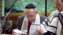 Aos 93 anos, sobrevivente do holocausto finalmente comemora seu bar mitzvá