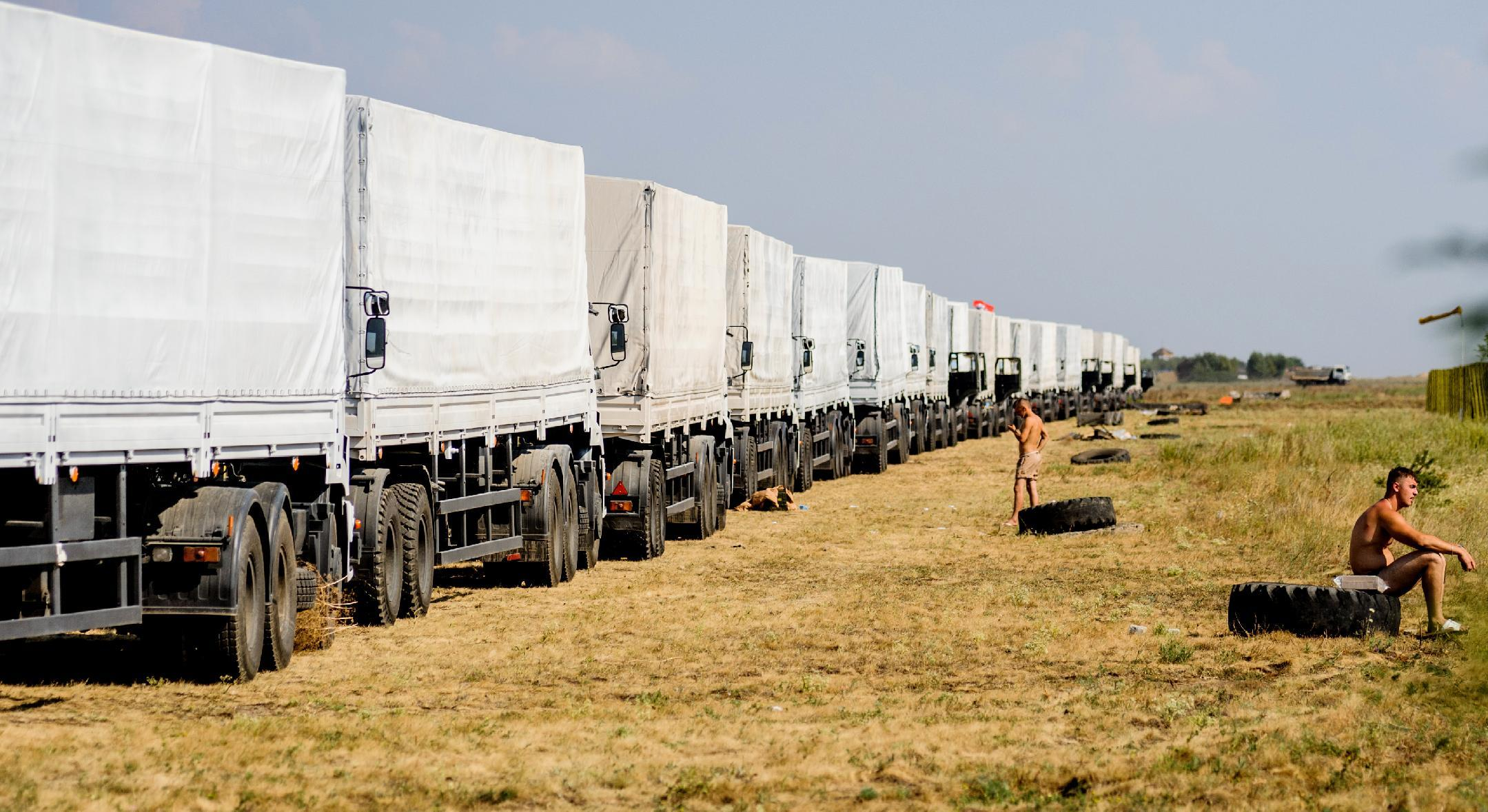 A Russian humanitarian convoy waits outside Voronezh, some 400 km outside Moscow, on August 13, 2014 (AFP Photo/Vladimir Baryshev)
