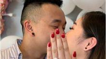 Noiva é pedida em casamento sem estar com as unhas feitas e usa mão da prima para registrar o momento