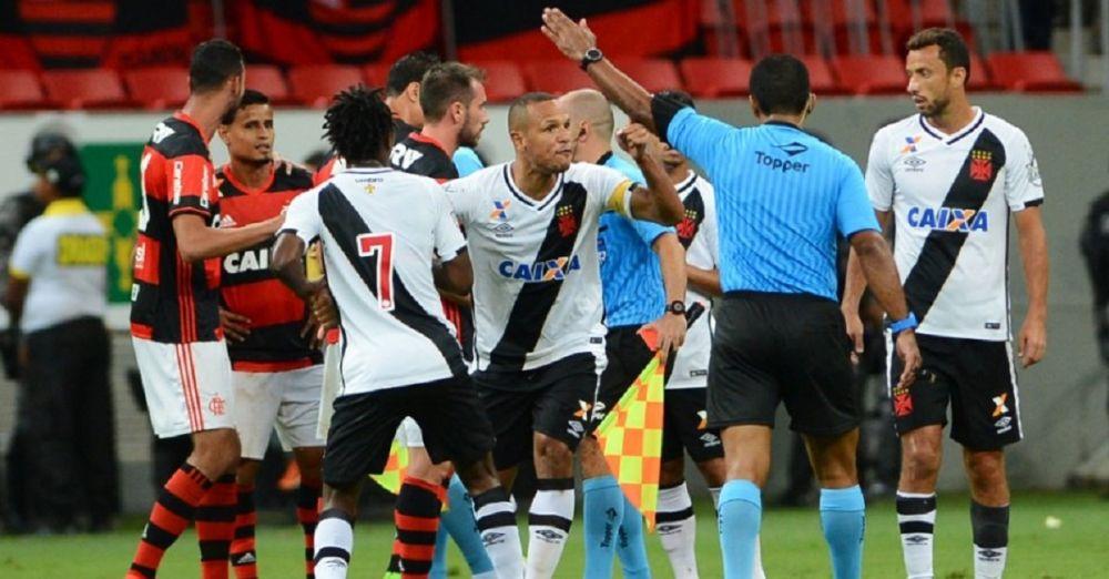 Brésil: un arbitre simule un coup de tête de Luis Fabiano... et l'expulse