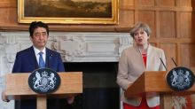 Theresa May difende l'economia Gb di fronte a Shinzo Abe