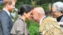 Herzogin Meghan macht den Nasenkuss in Neuseeland