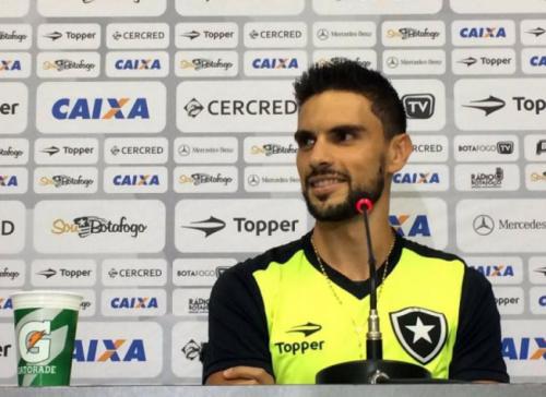 Rodrigo Pimpão admite sorte no gol: 'A bola pegou na minha barriga'