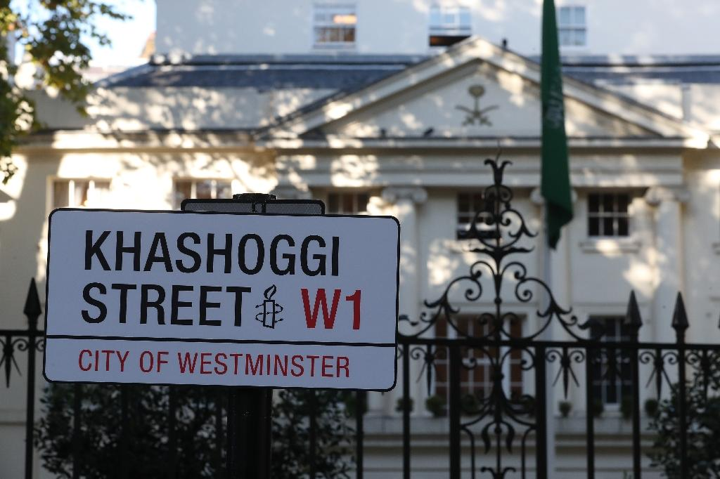 """A mock sign reading """"Khashoggi Street"""" was erected by Amnesty International activists in front of the Saudi embassy in London on November 2, 2018 (AFP Photo/Daniel LEAL-OLIVAS)"""