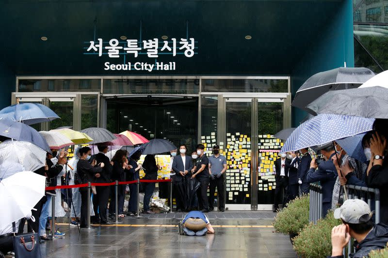 A supporter of late Seoul Mayor Park Won-soon takes a deep bow outside Seoul City Hall Plaza, where his funeral is being held, in Seoul