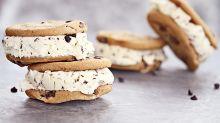 Ce sandwich à la crème glacée et aux cookies est devenu viral grâce à cette astuce et on rêve de croquer dedans