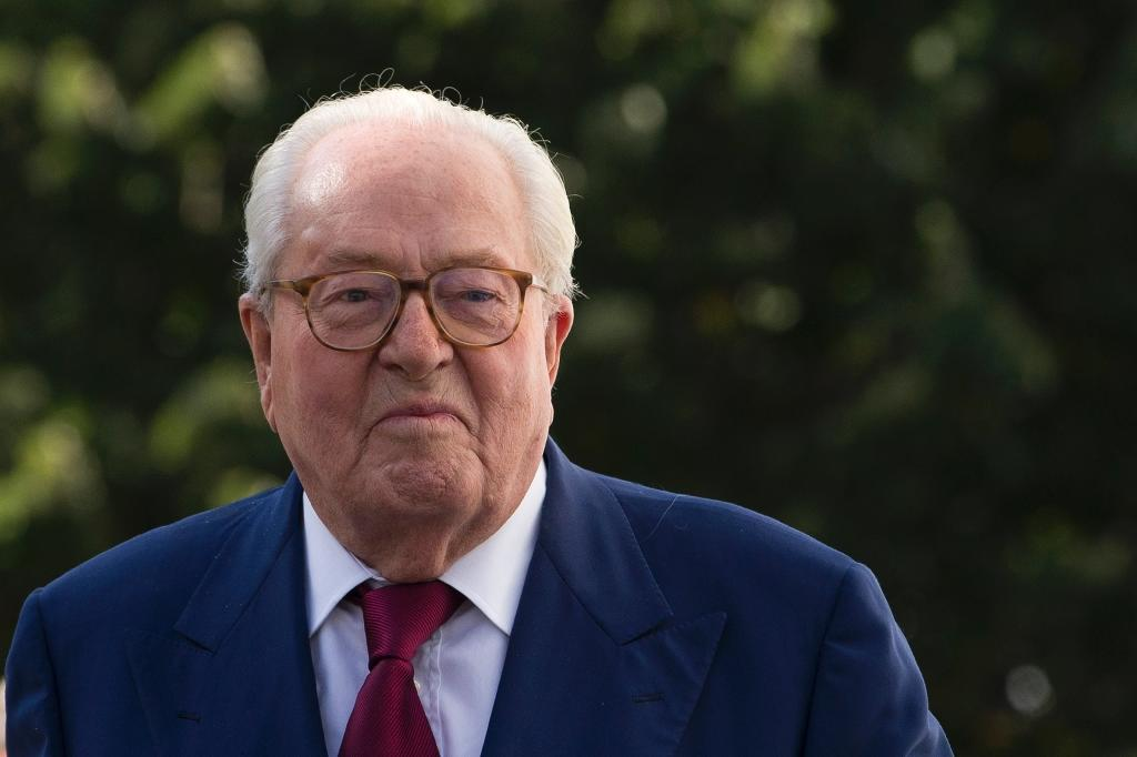 France's far-right National Front founder Jean-Marie Le Pen leaves the party's headquarters in Nanterre, near Paris, on August 20, 2015 (AFP Photo/Kenzo Tribouillard)