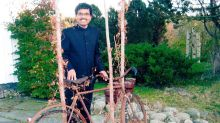 Após profecia, homem viaja da Índia para a Suécia de bicicleta para encontrar seu amor