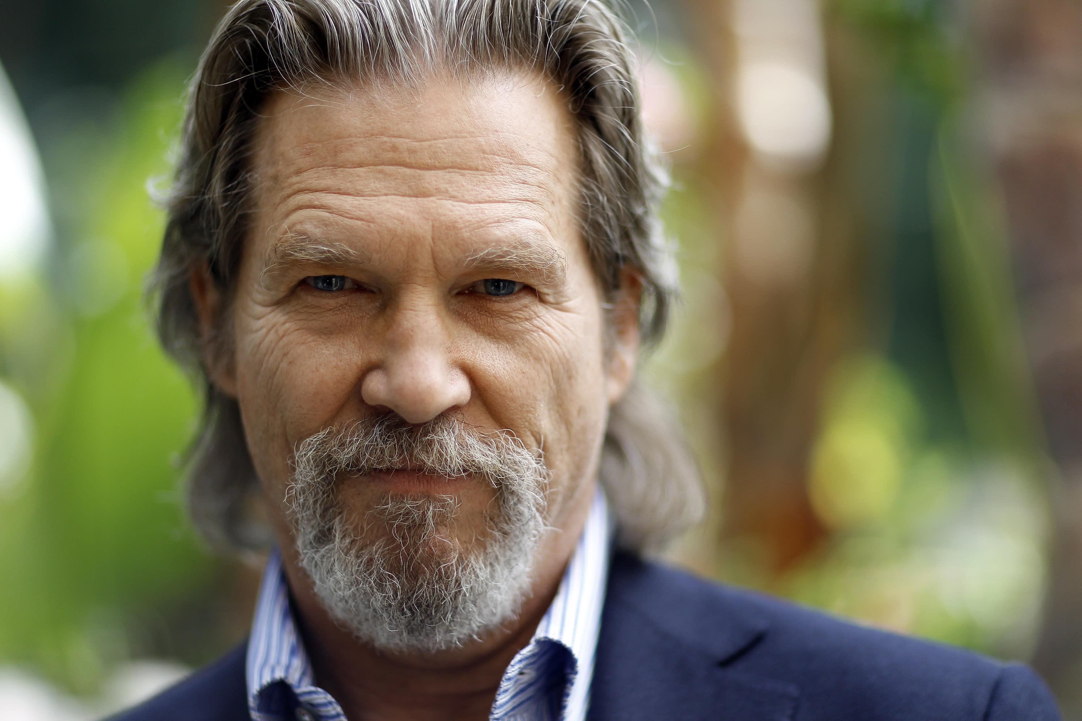 Celebrities send Jeff Bridges encouragement amid cancer diagnosis: 'We're pulling for you'