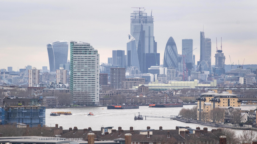 FTSE 100 shoots higher as pound dives on no-deal Brexit fears