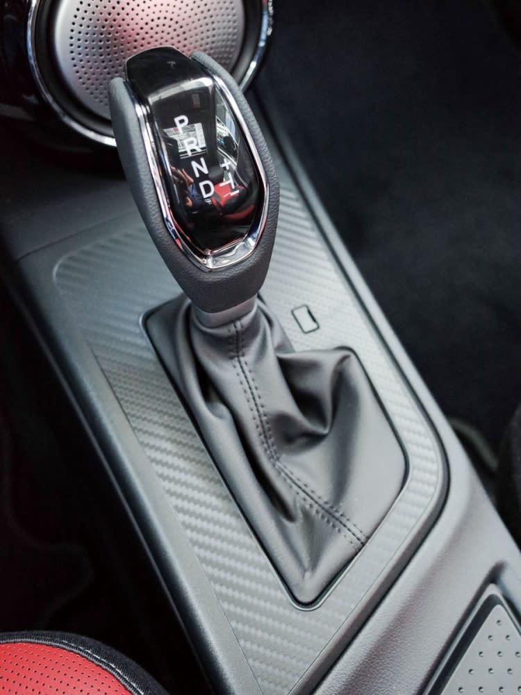 搭載CVT無段變速系統,排檔鞍座則導入類碳纖維飾板。