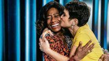 """No """"Globo Repórter"""", Sandra Annenberg apoia Gloria Maria após morte da mãe: """"Força"""""""