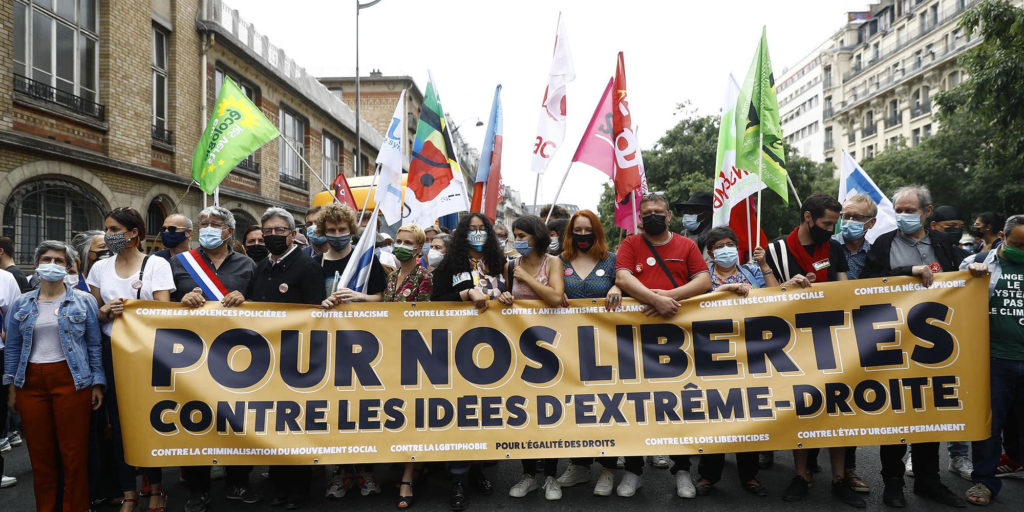 """Manifestations contre l'extrême droite : Mélenchon enfariné, la gauche inquiète du """"climat pré-fasciste"""""""
