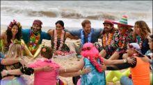 Harry und Meghan schlendern barfuß über Bondi Beach in Sydney