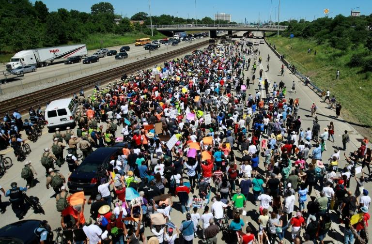 Gun violence protesters partially shut Chicago expressway