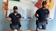 Milano, poliziotti si fingono riders e arrestano spacciatore