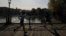 Coronavirus: dans les rues de Paris, un confinement moins visible qu'en mars dernier